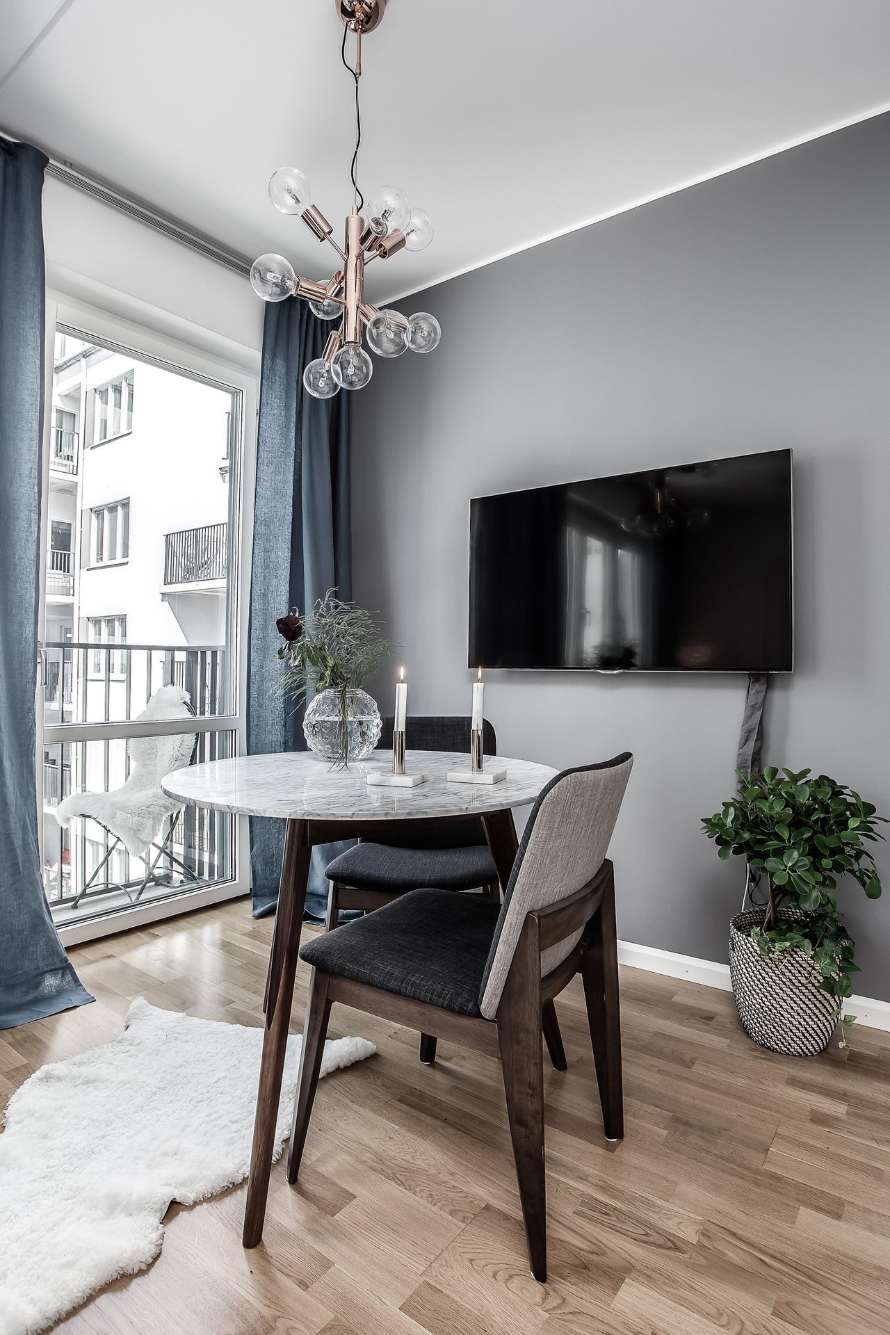 гостиная балкон обеденный стол стулья телевизор