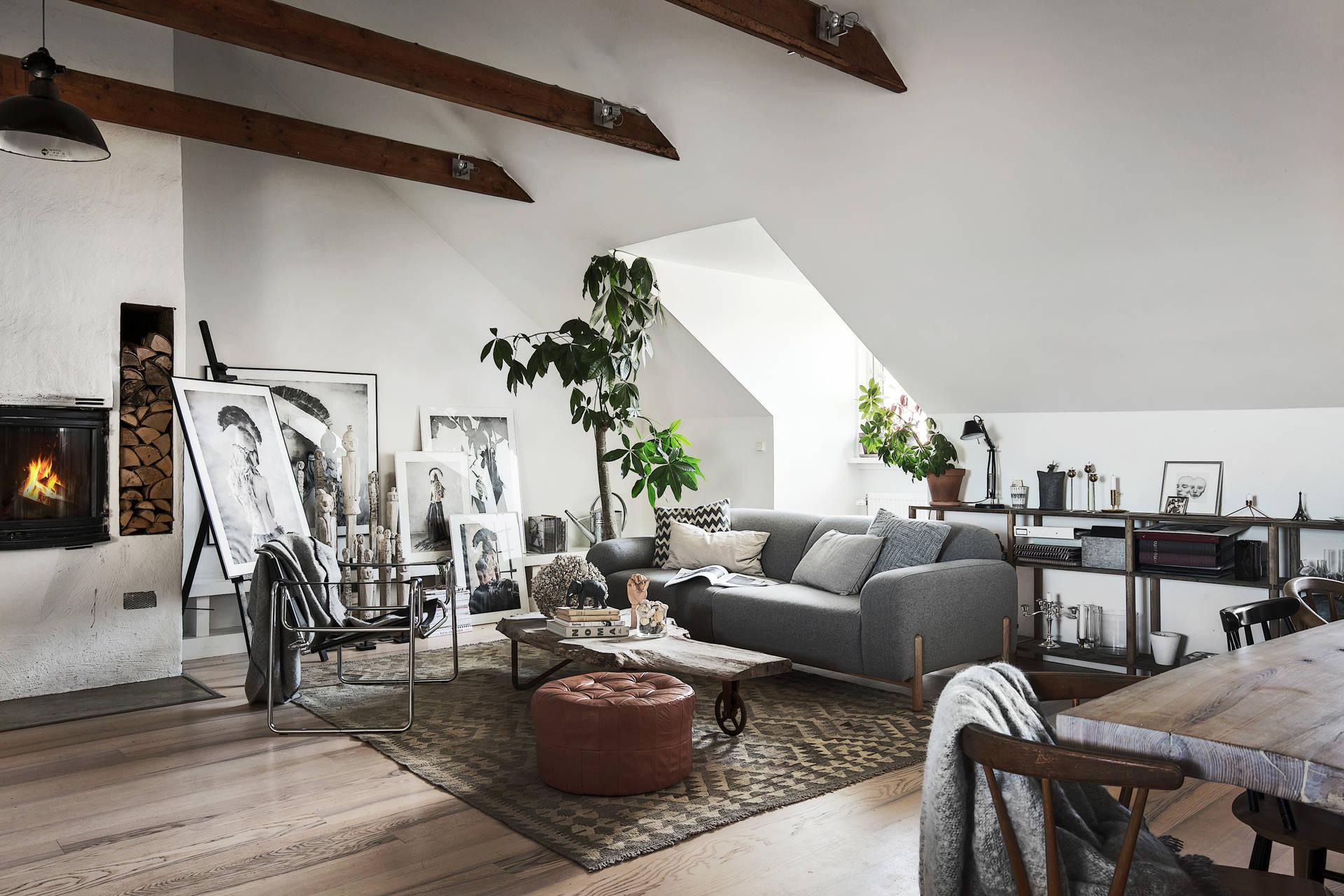 мансарда гостиная диван балки столик пуф цветы