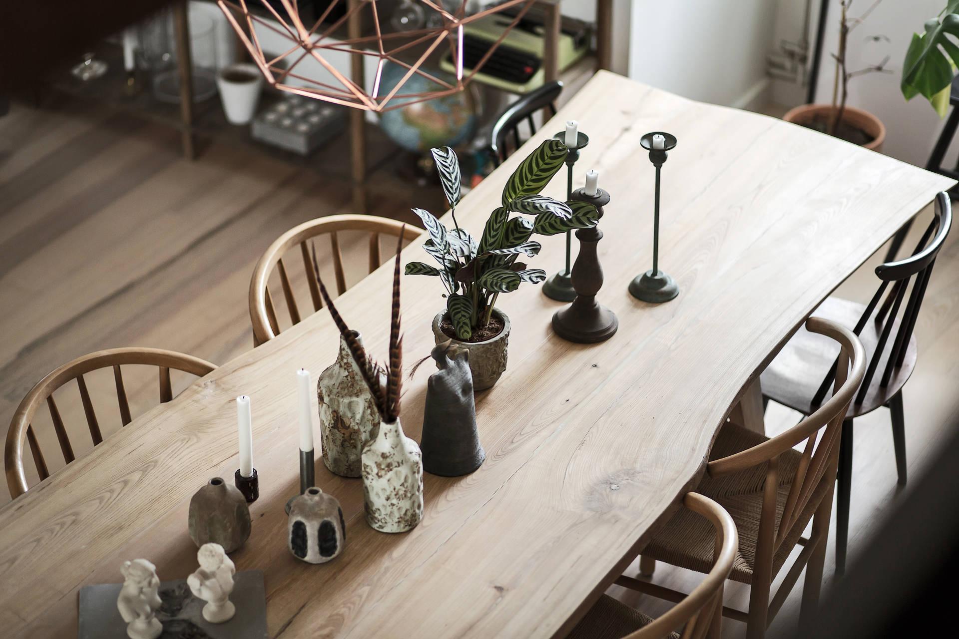 стол вазы цветы свечи