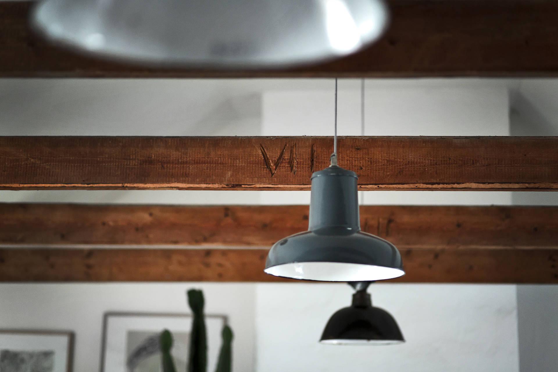 потолок балки лампы