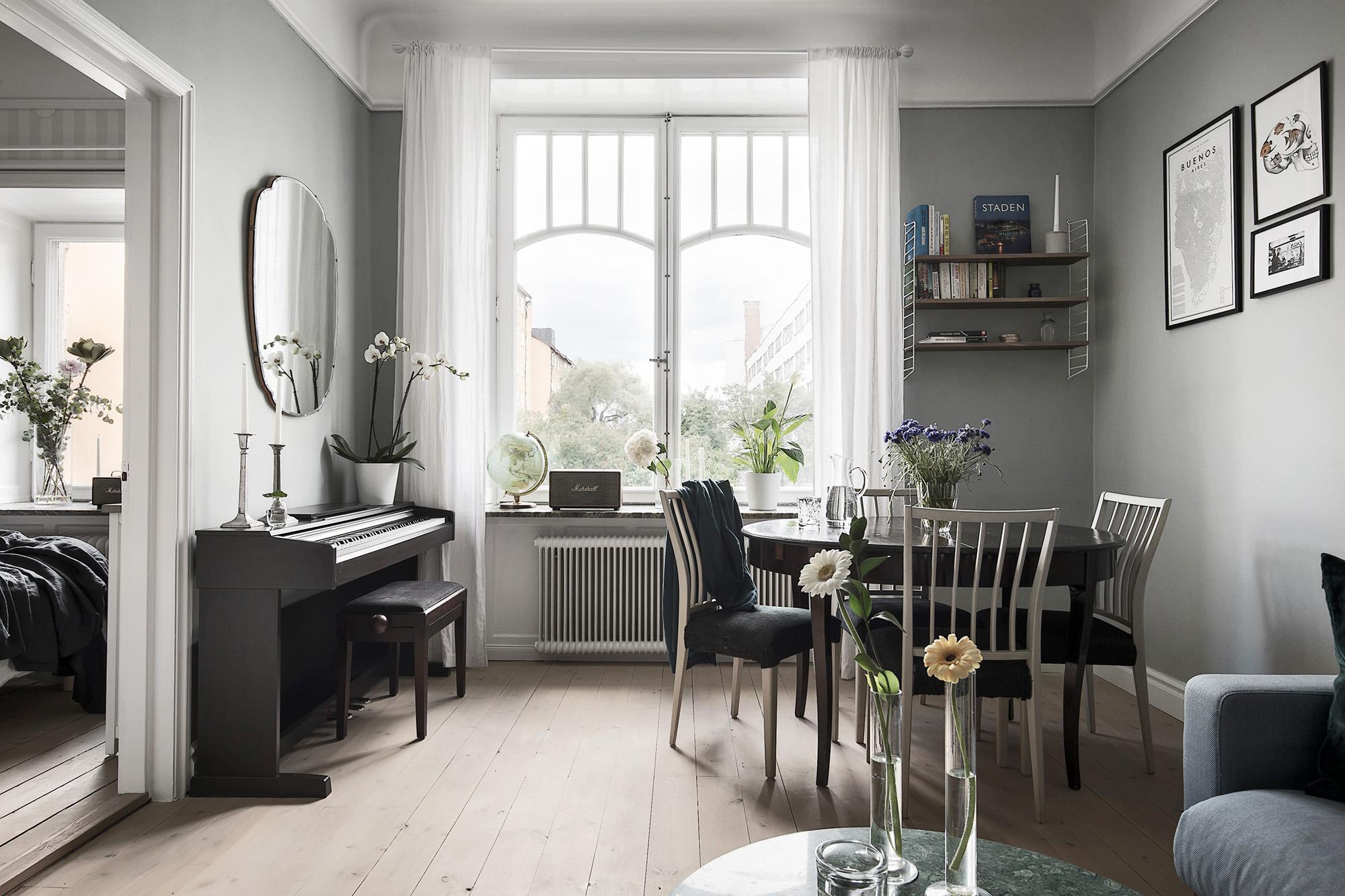 гостиная диван столик обеденный стол стулья окно подоконник глобус пианино зеркало