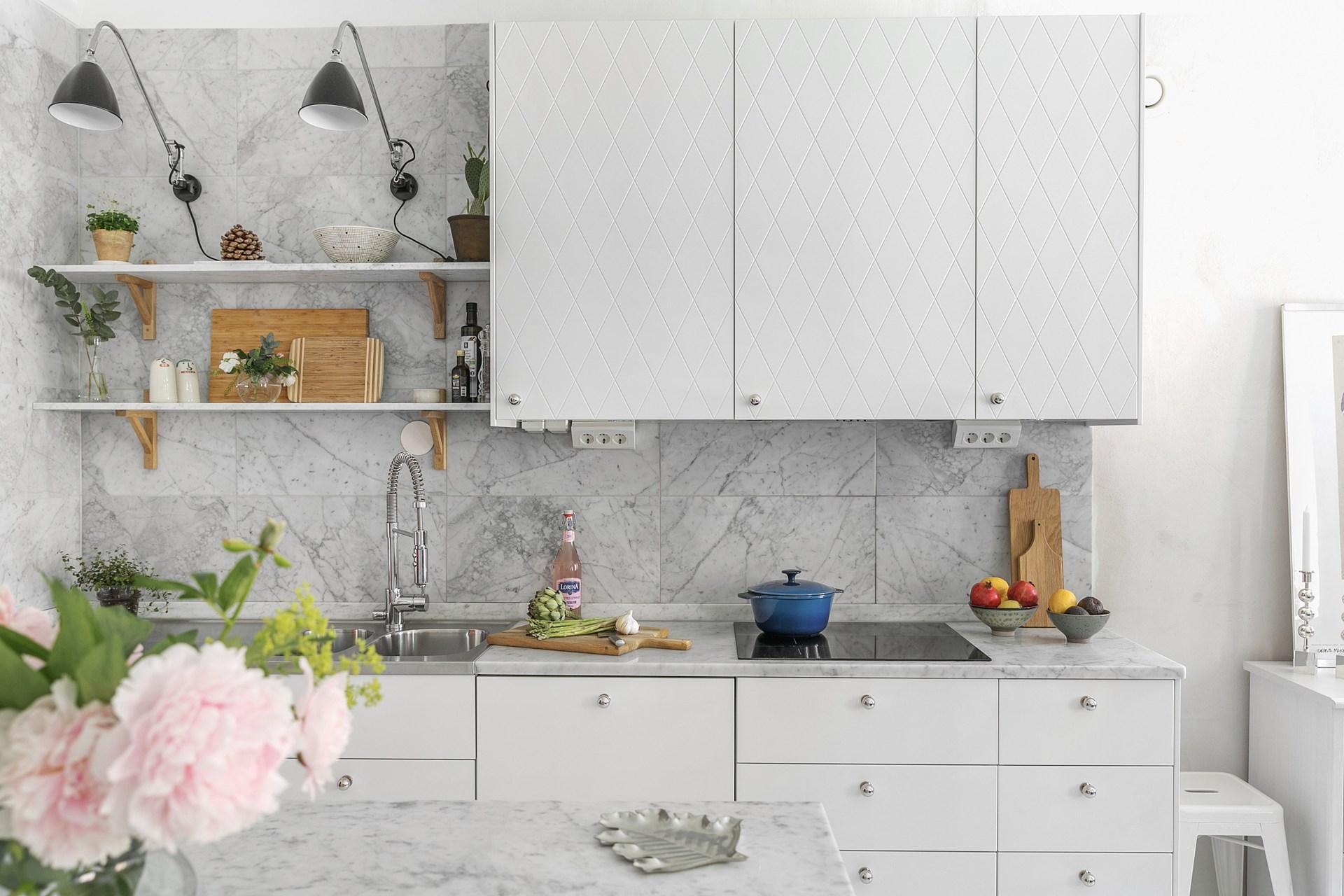 кухня столешница фартук мрамор плита встроенная вытяжка мойка кран полки