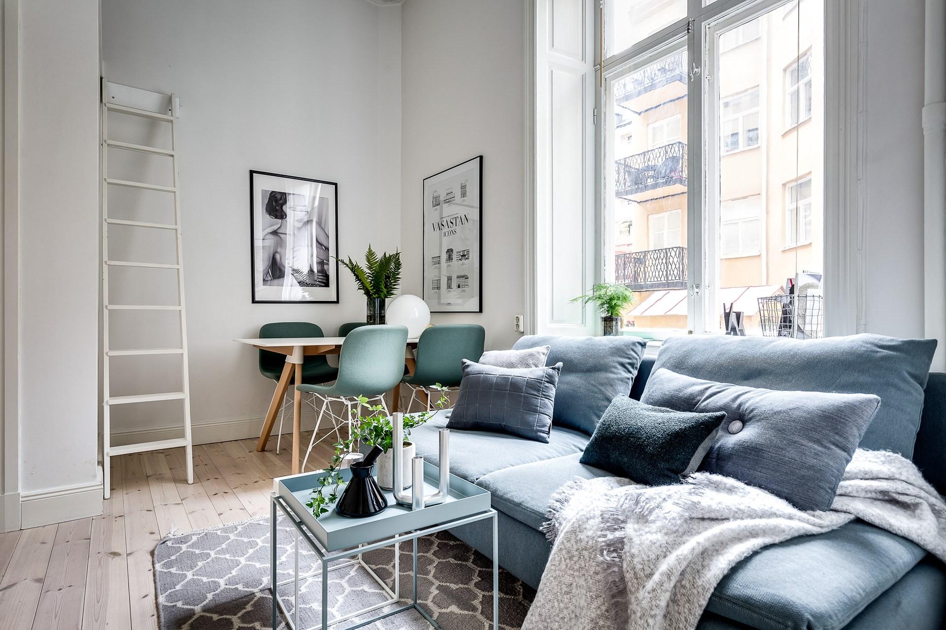 гостиная стол стулья окно диван кофейный столик