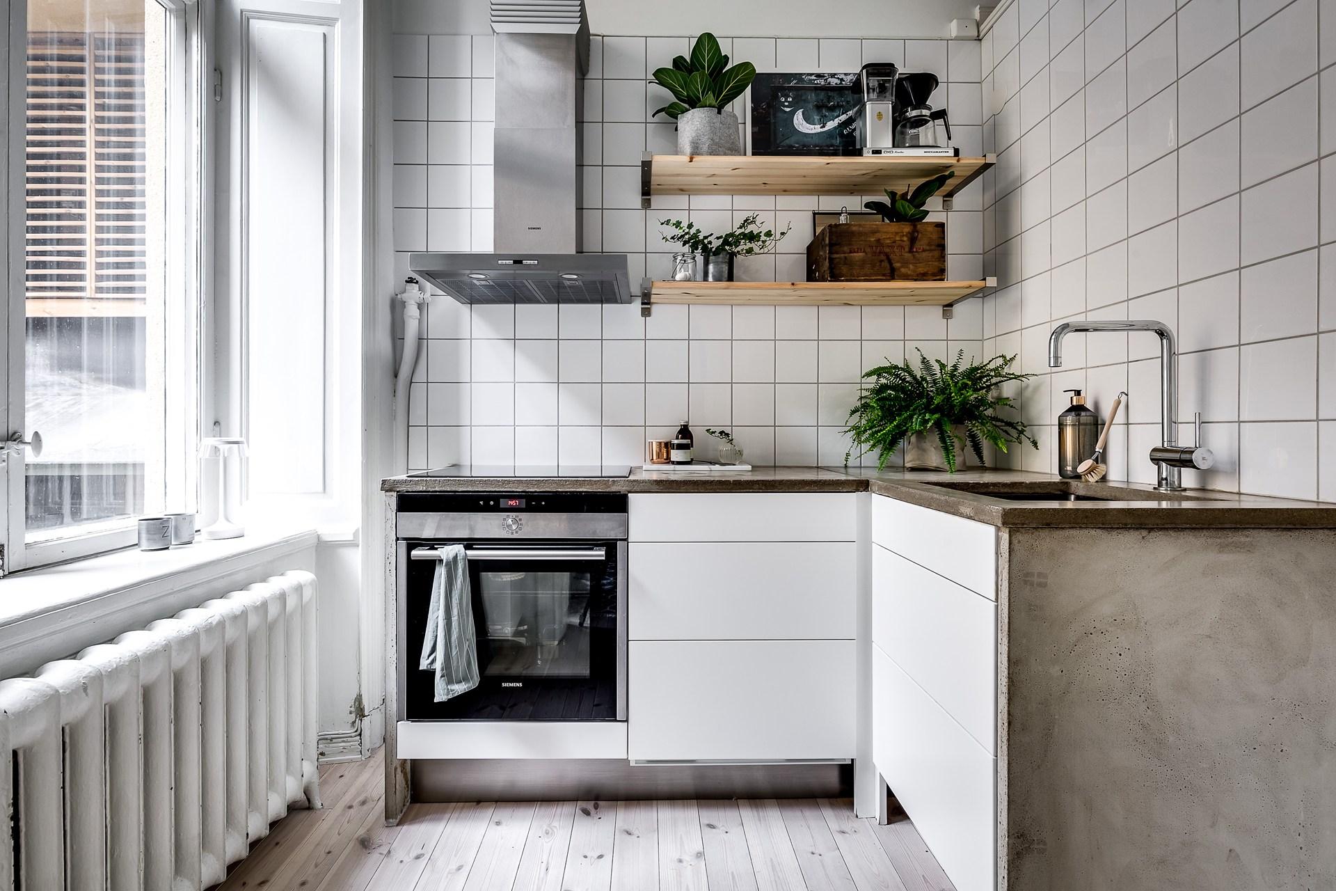 кухня столешница бетон мойка смеситель плита вытяжка плитка полки