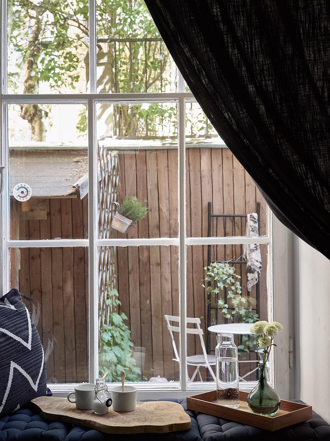 окно подоконник подушки