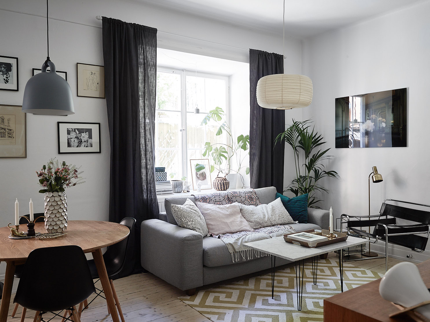 гостиная окно подоконник диван ковер журнальный столик