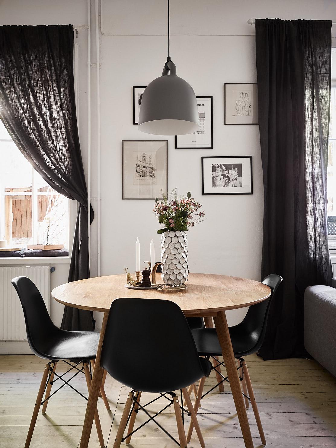 кухонный стол стулья лампа окно