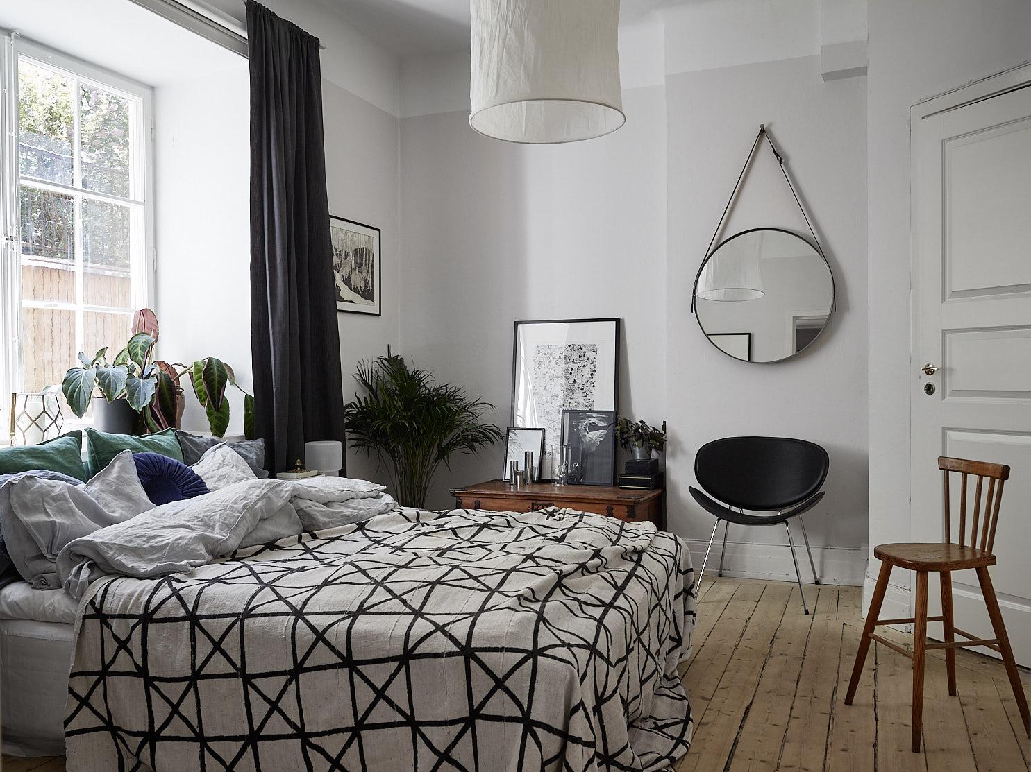 спальня кровать деревянный пол зеркало комод