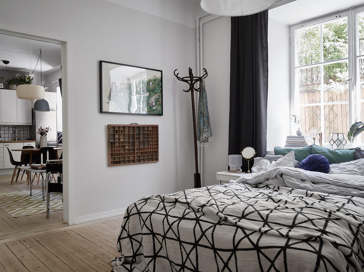 спальня кровать напольная вешалка