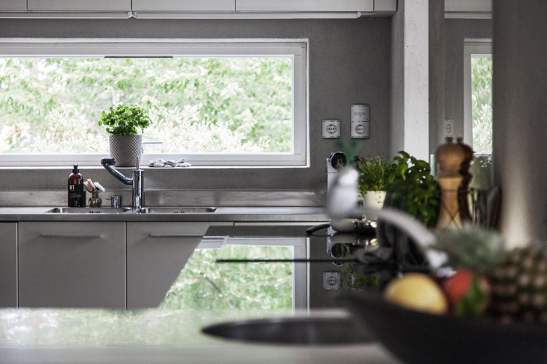 кухня окно мойка кран