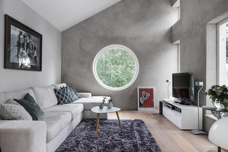 мансарда круглое окно диван телевизор