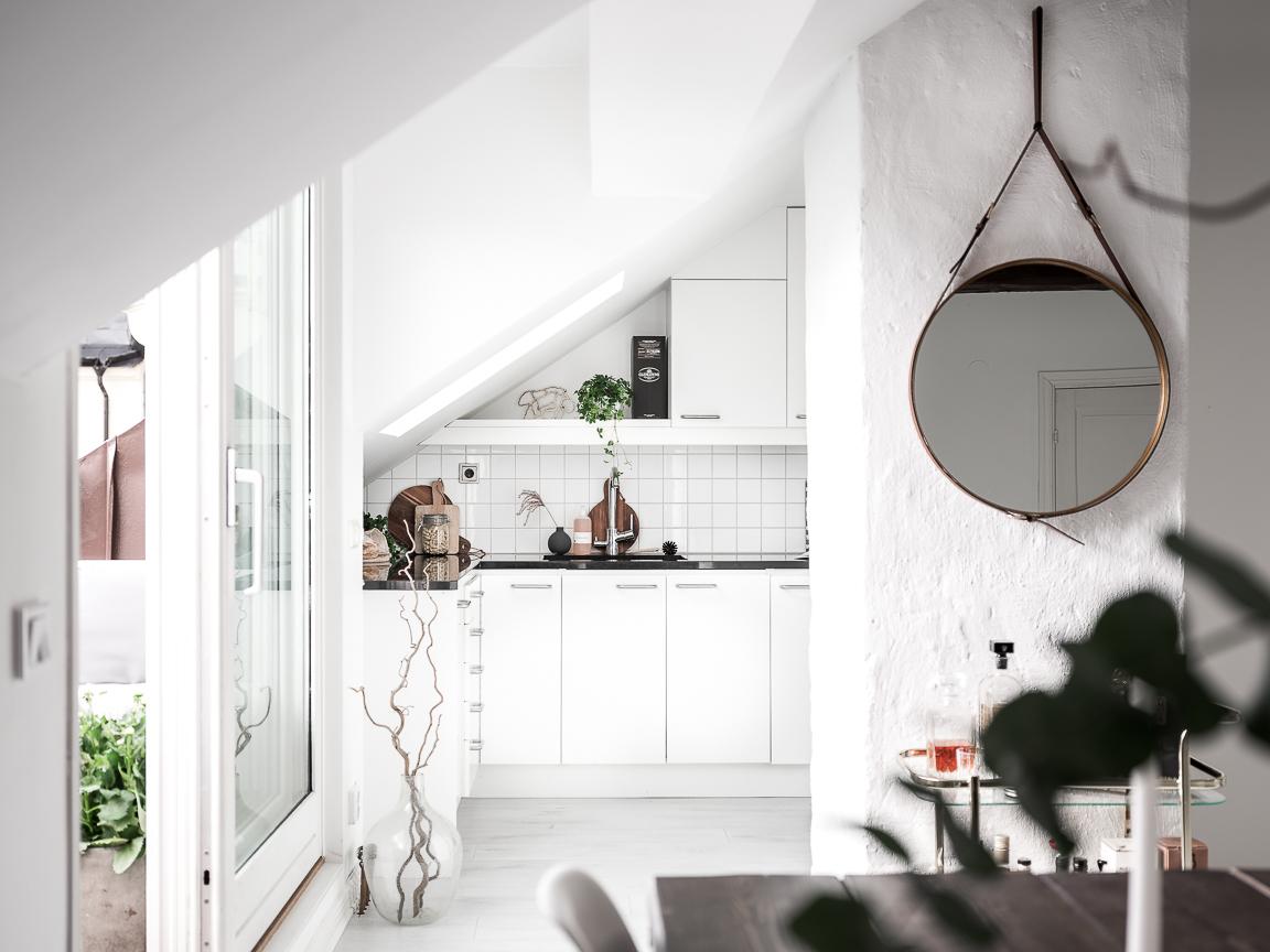 гостиная кухня круглое зеркало