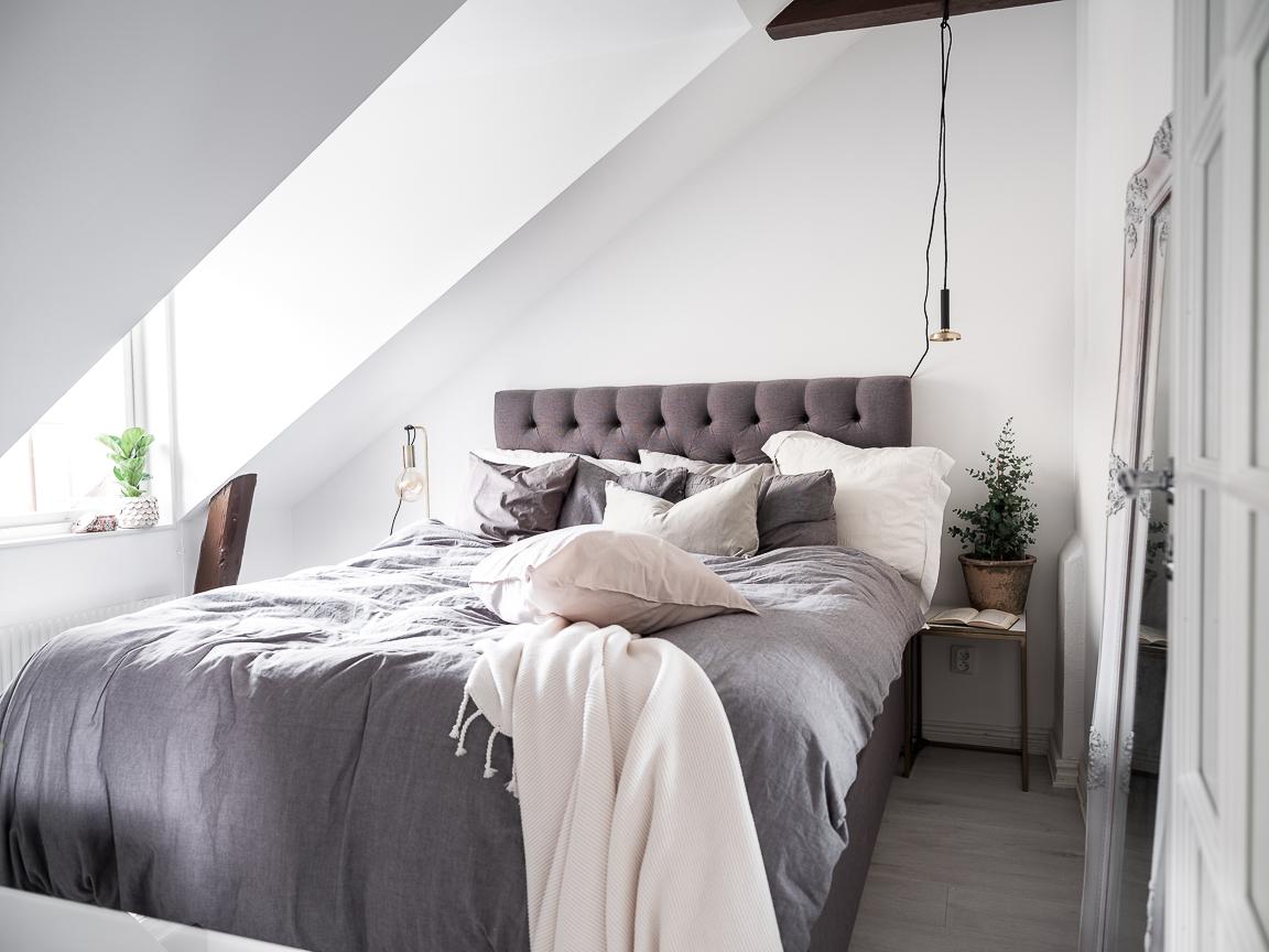 мансарда окно спальня кровать изголовье балки