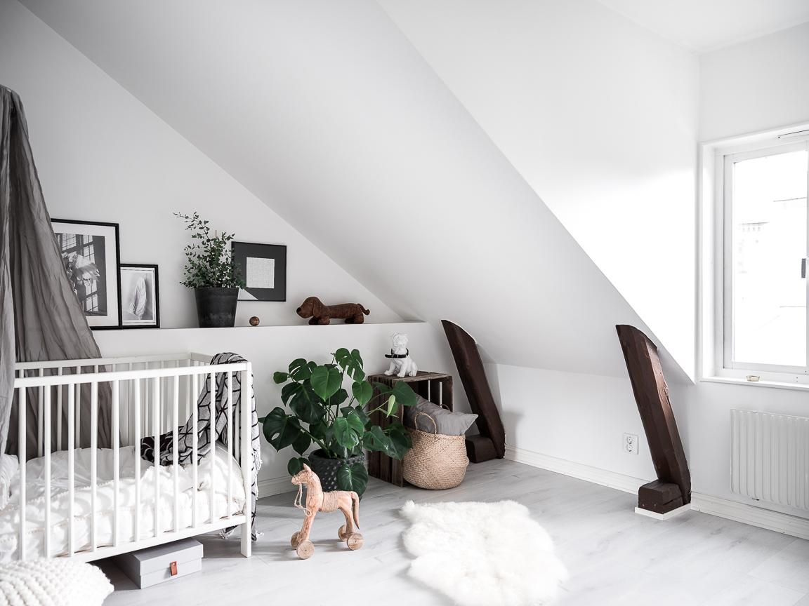 мансарда детская комната кровать