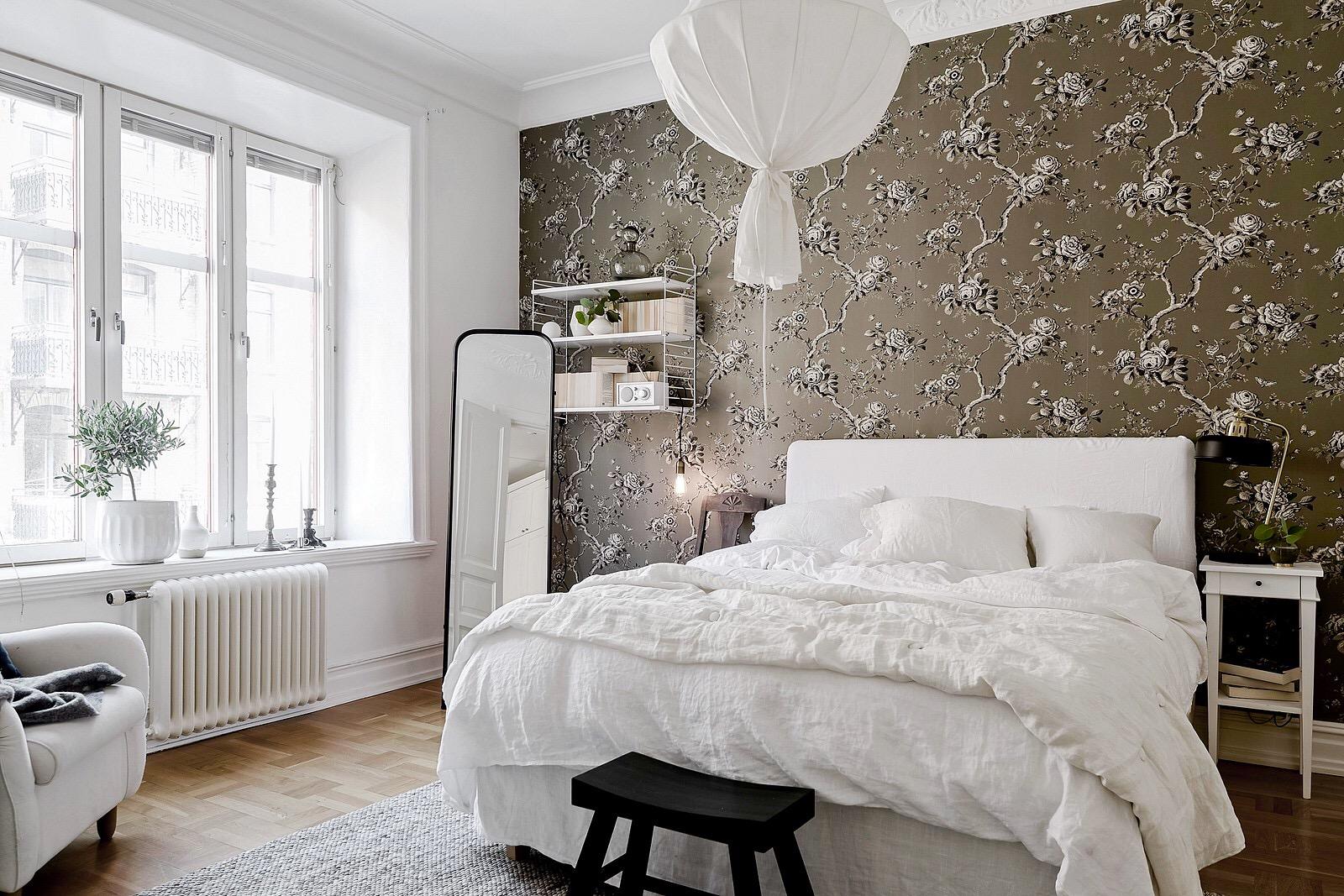 спальня кровать изголовье окно напольное зеркало обои