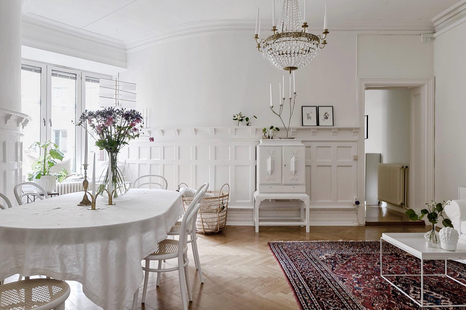 стеновые панели обеденный стол стулья комод люстра