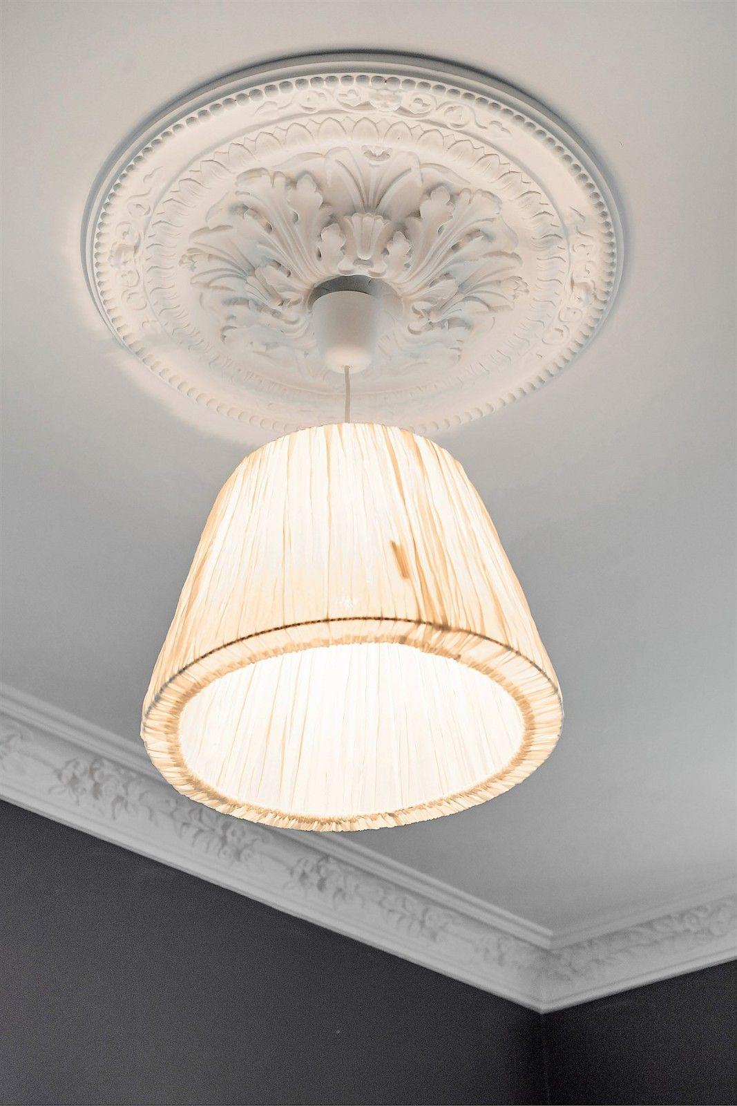 потолок лепнина розетка лампа