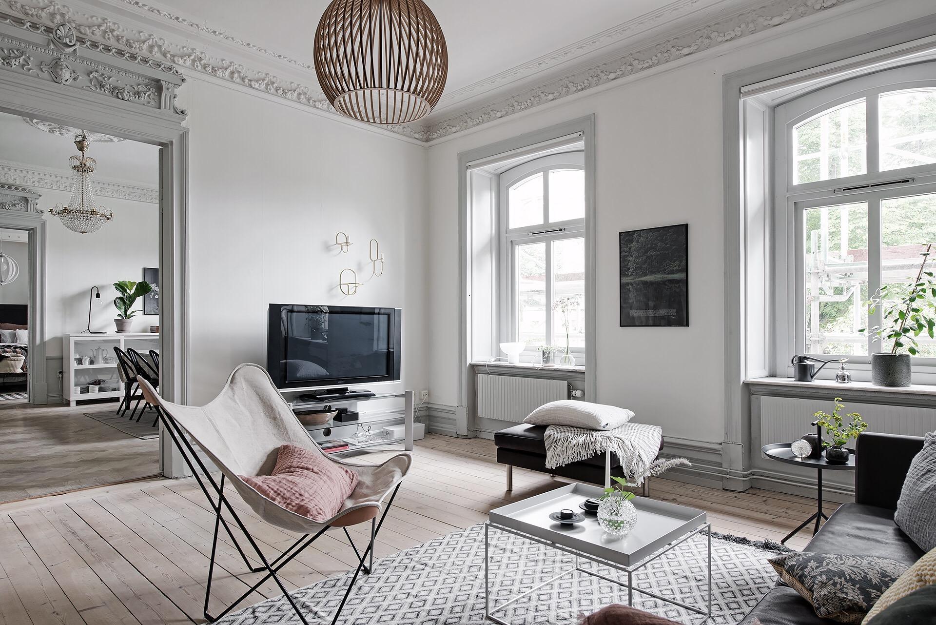 гостиная телевизор деревянный пол высокий потолок лепнина