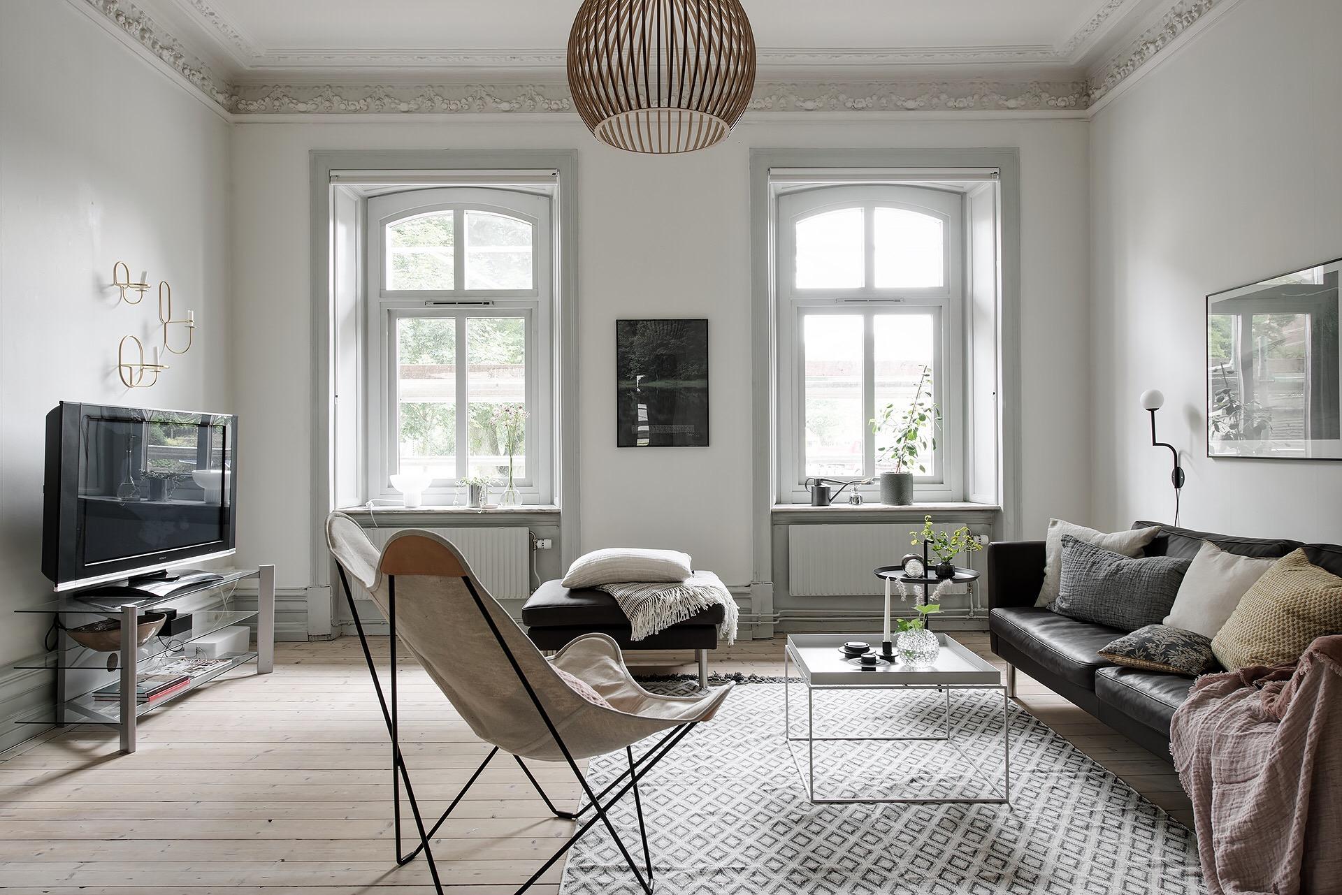 гостиная окно телевизор кресло столик ковер диван