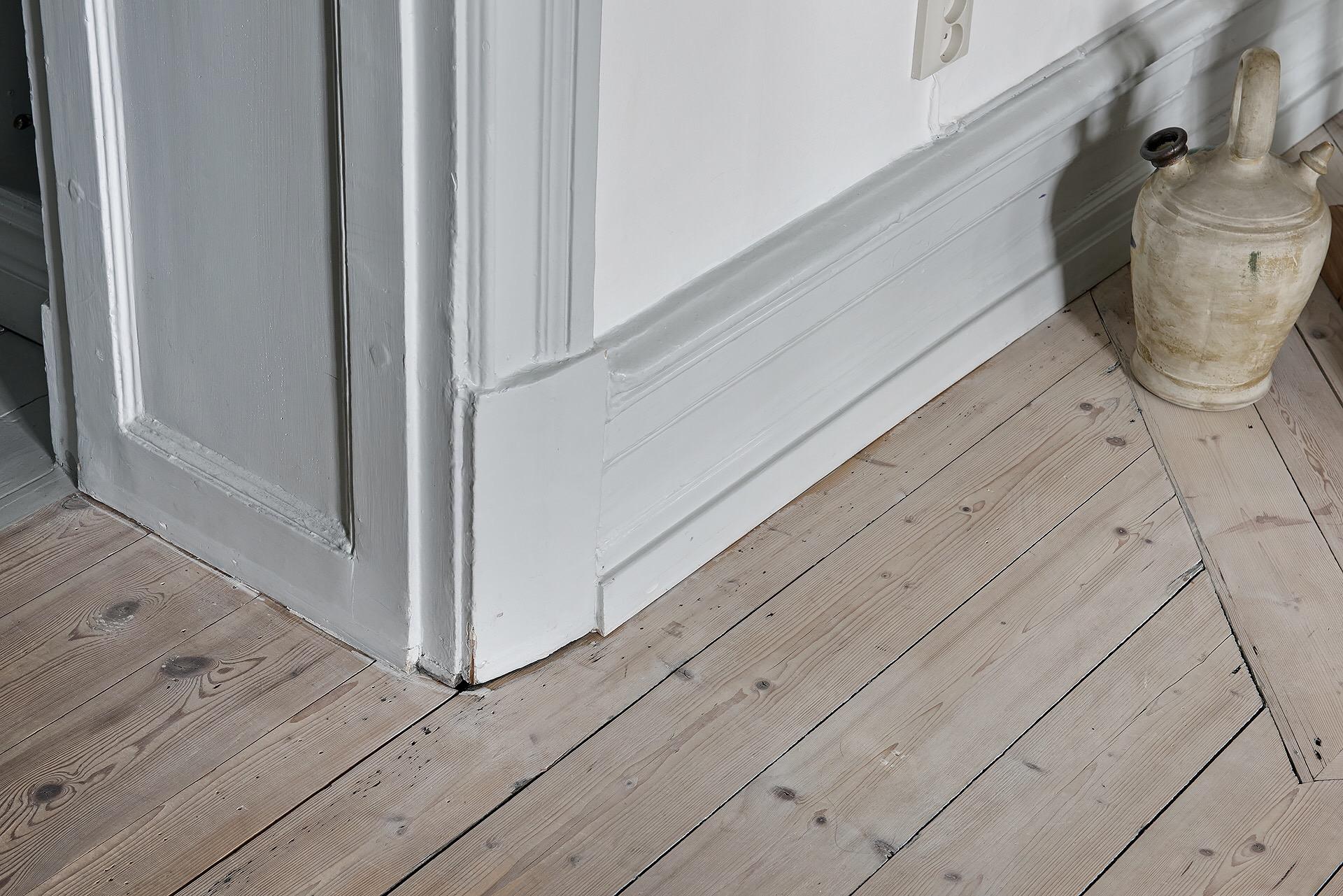 деревянный пол плинтус наличник дверной проем