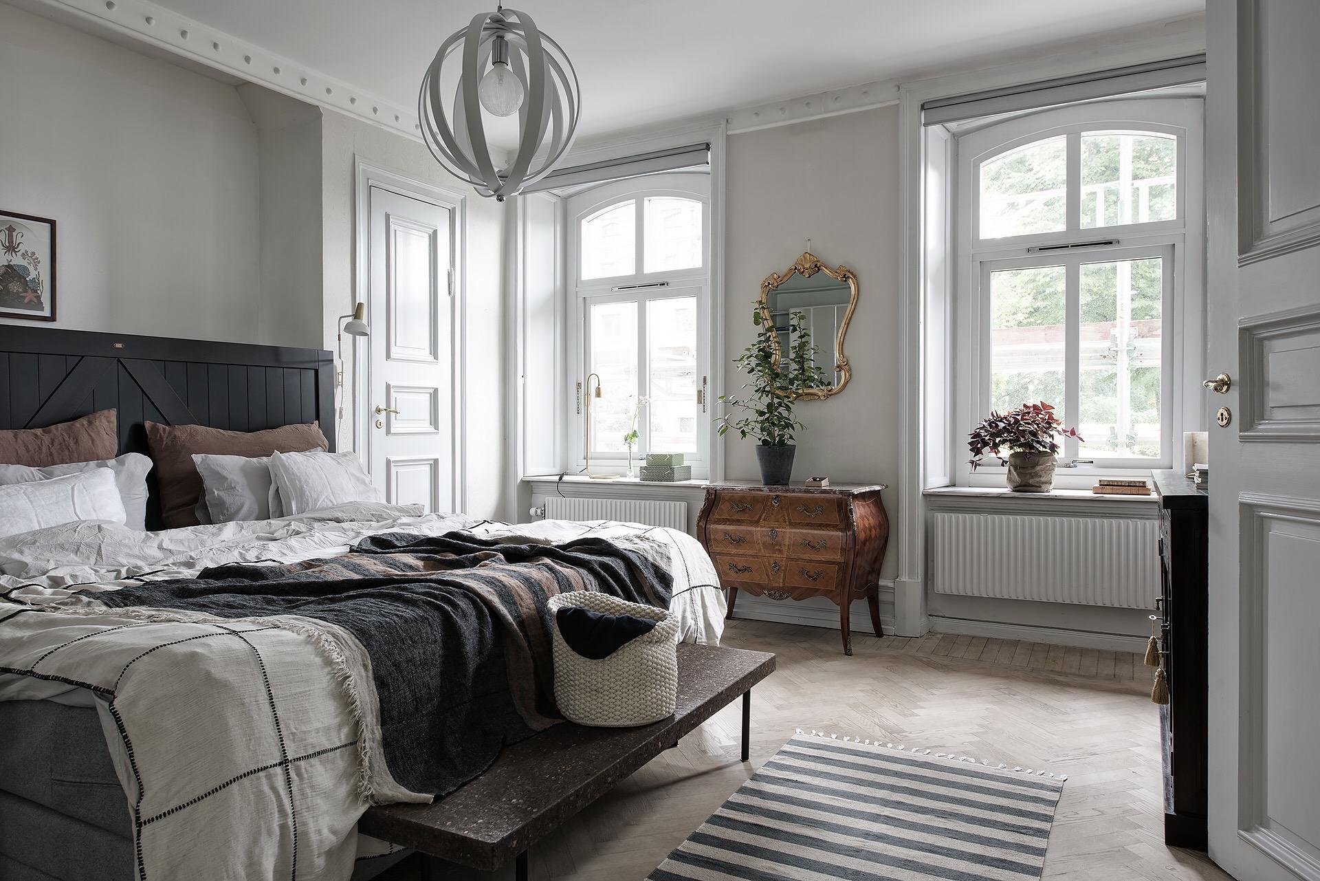 спальня кровать изголовье окно комод изножье скамья