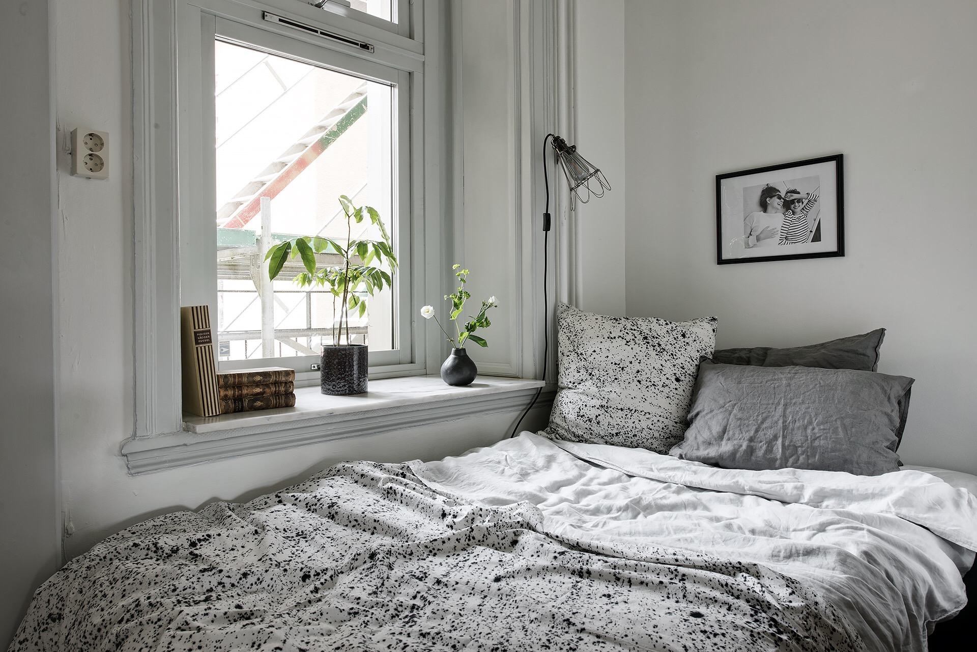 детская комната кровать окно подоконник наличник откосы