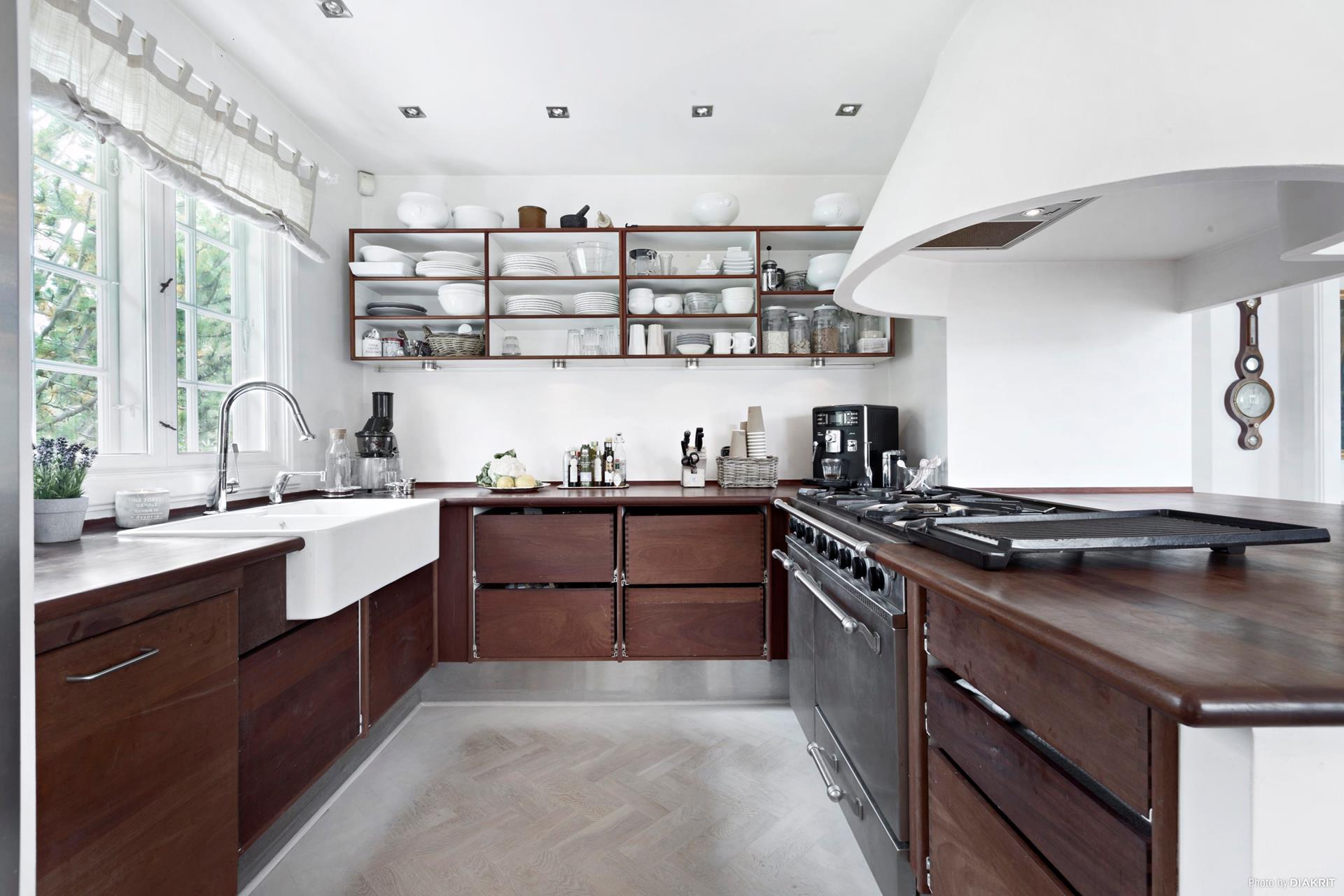 кухня кухонная мебель полки посуда накладная мойка смеситель плита вытяжка