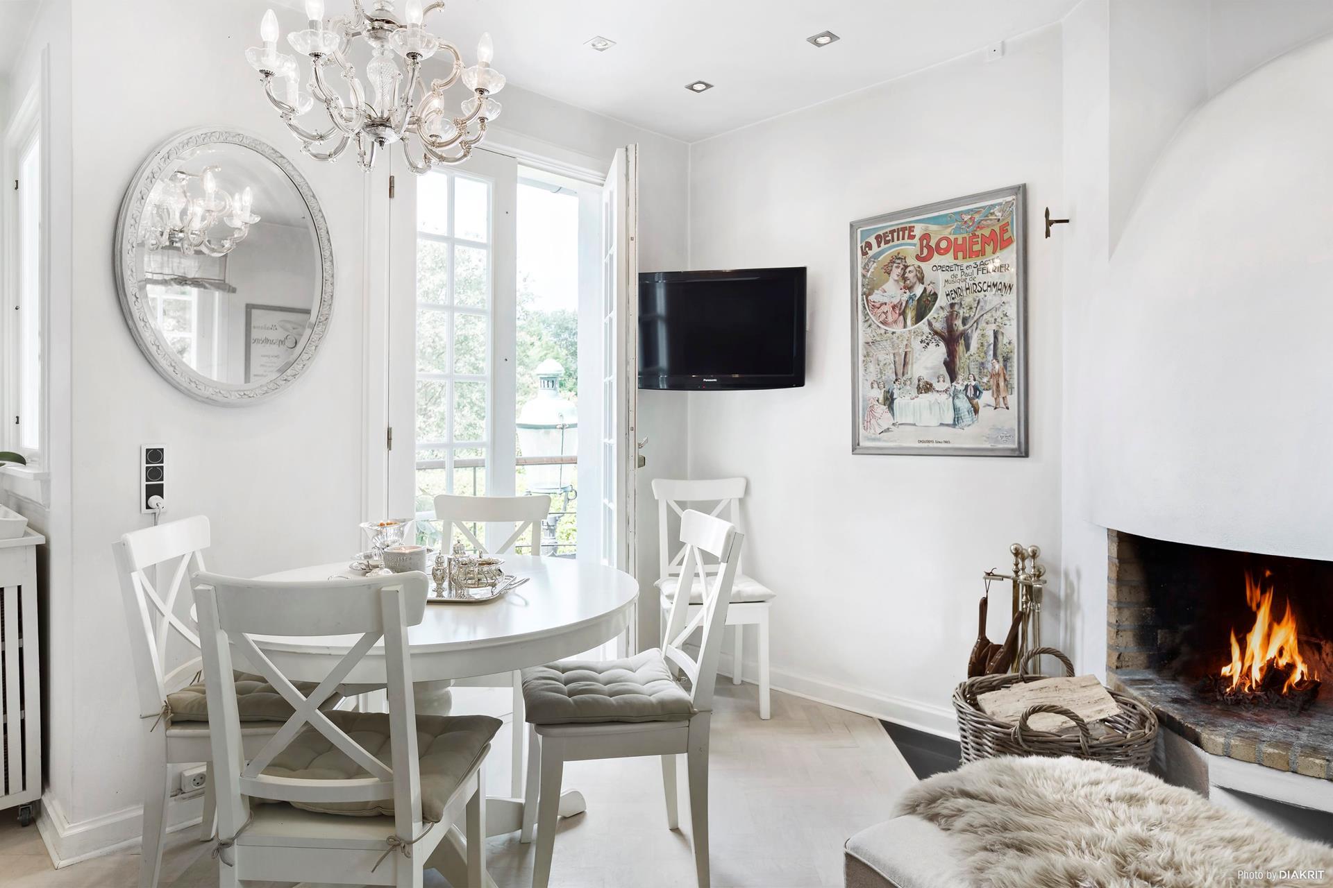 обеденный стол стулья лампа окно пуф камин телевизор
