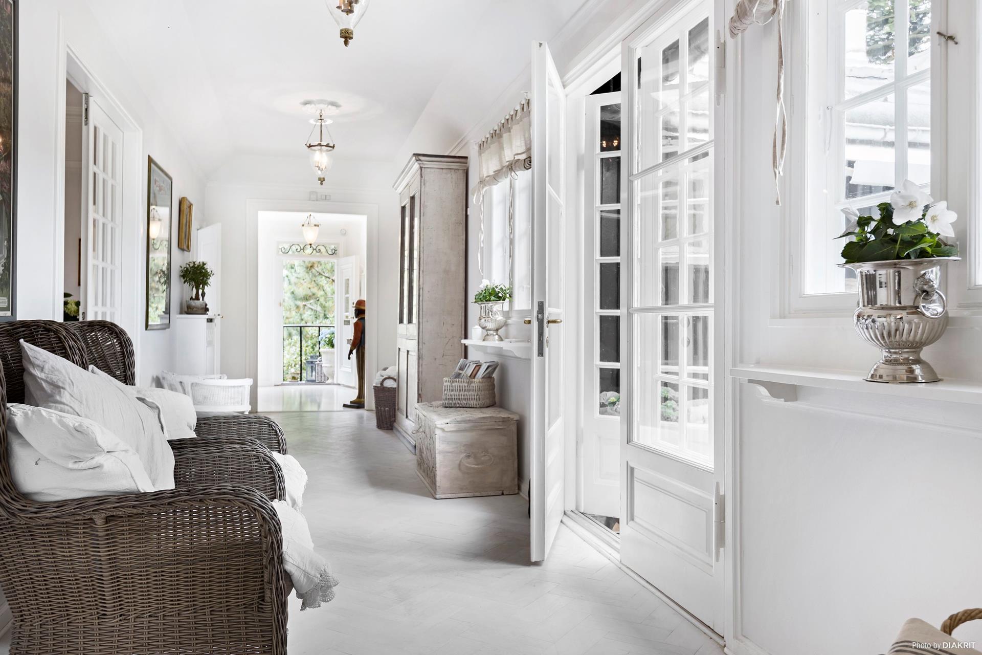 французские двери коридор плетёная мебель