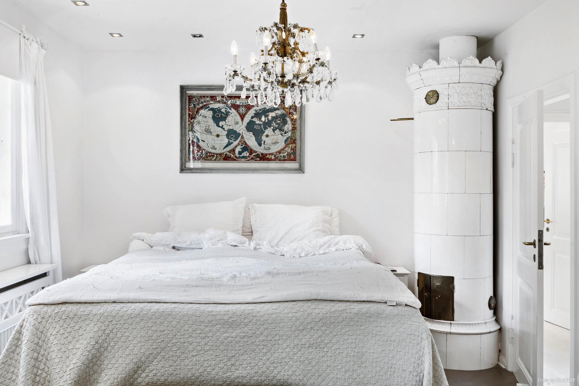 спальня кровать люстра печь