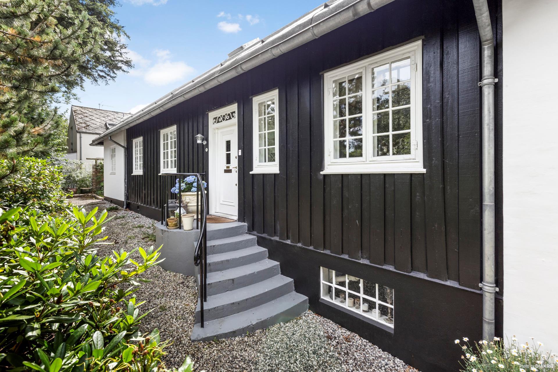фасад загородного деревянного дома крыльцо входная дверь ступени
