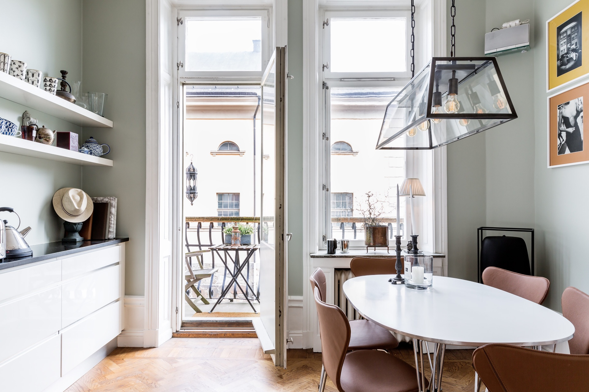 кухня обеденный стол стулья выход на балкон