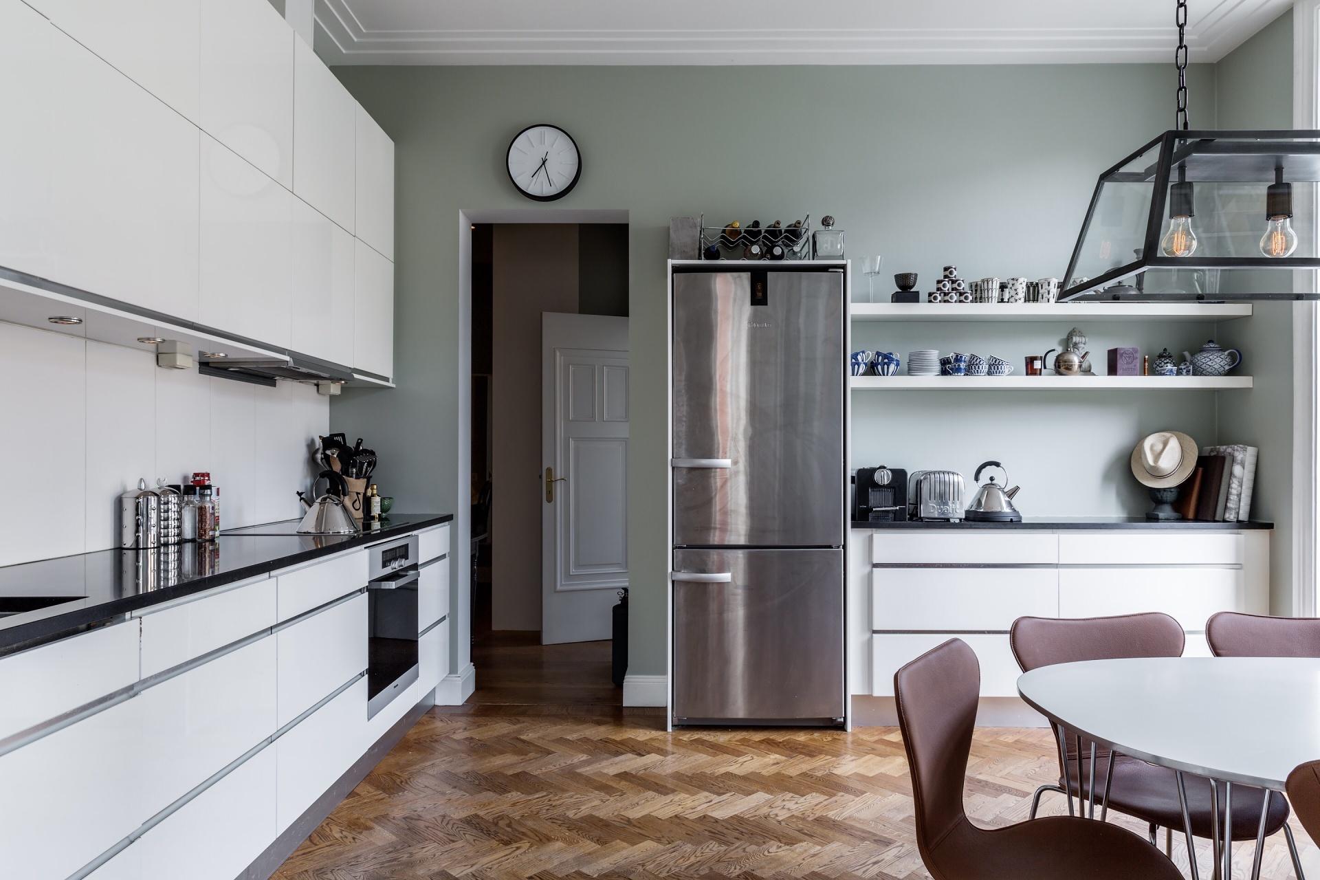 кухня холодильник кофеварка тостер чайник полки