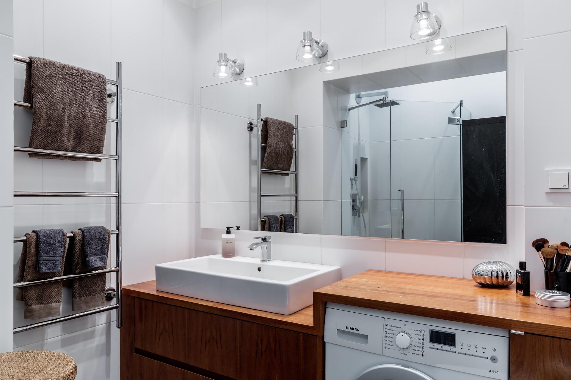 ванная комната накладная раковина зеркало подсветка стиральная машина полотенцесушитель