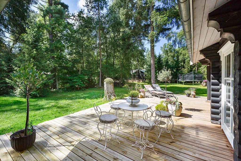 деревянный настил участок деревья кованая мебель батут