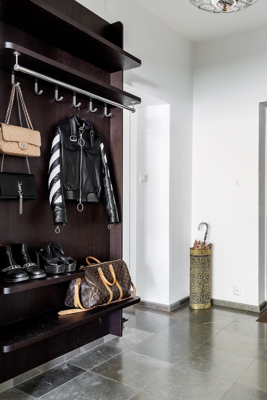 прихожая коридор одежда входная дверь корзина для зонтов