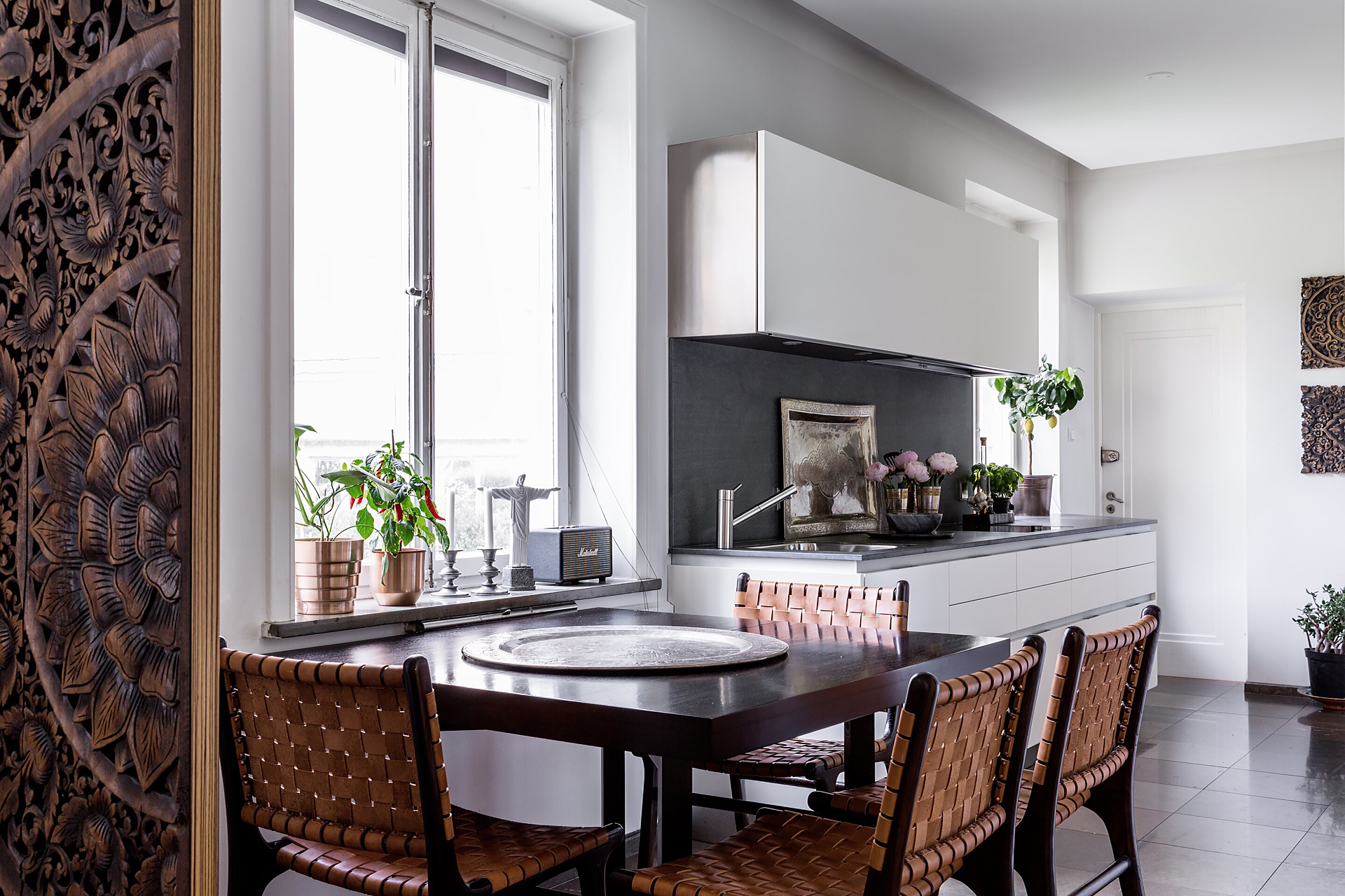 обеденный стол стулья окно подоконник вентиляция цветы кухня белые стены
