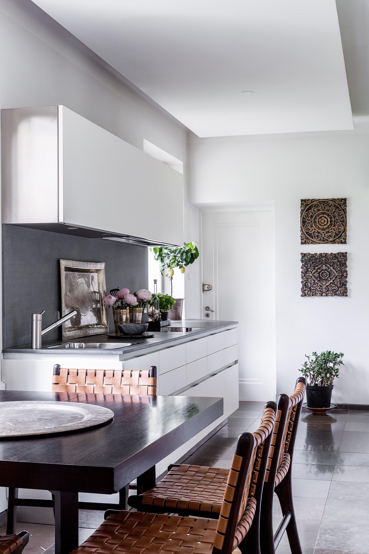 белая кухня мойка смеситель столешница плита встроенная вытяжка