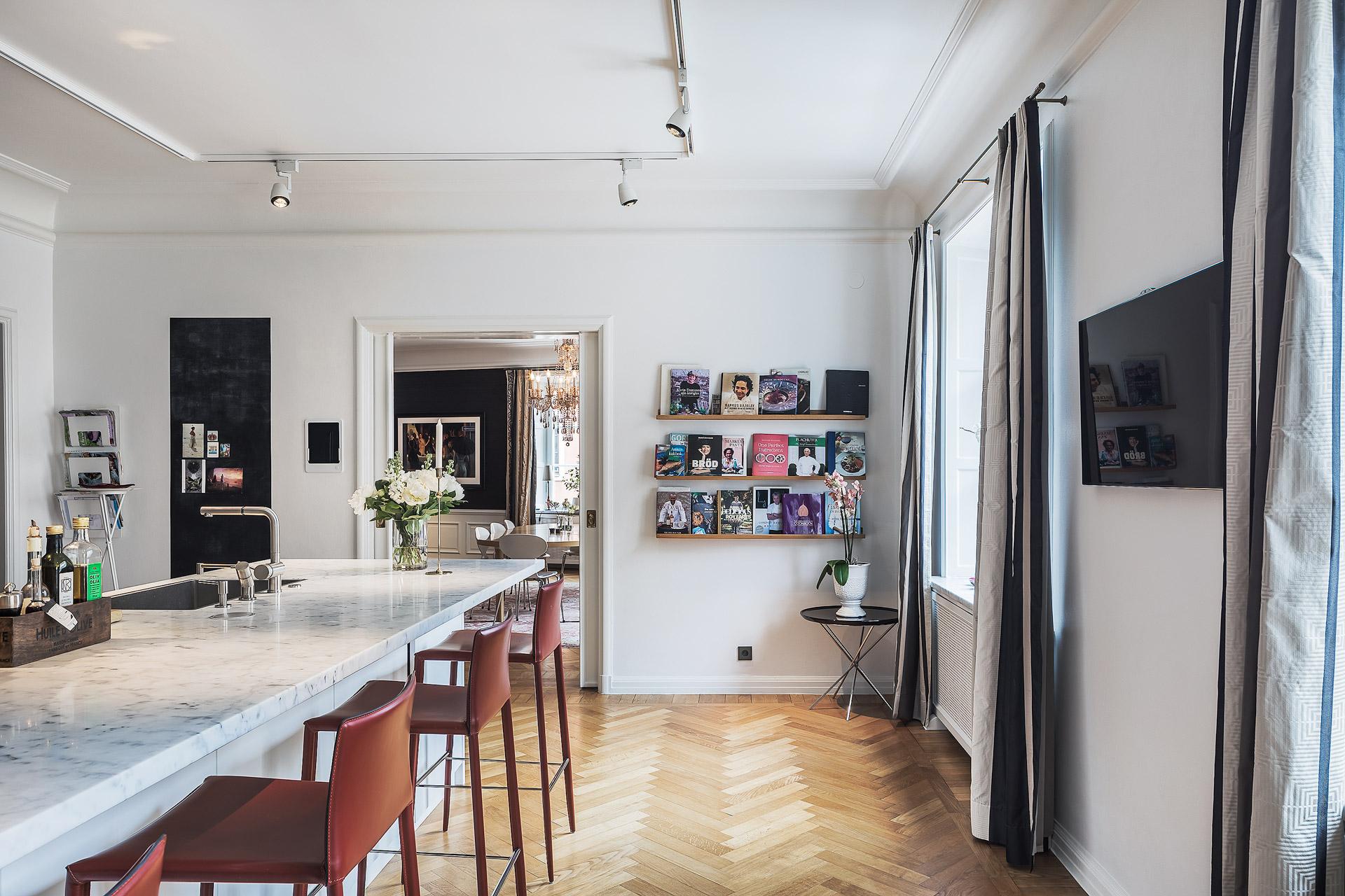 кухня кухонный остров барные стулья книжные полки паркет