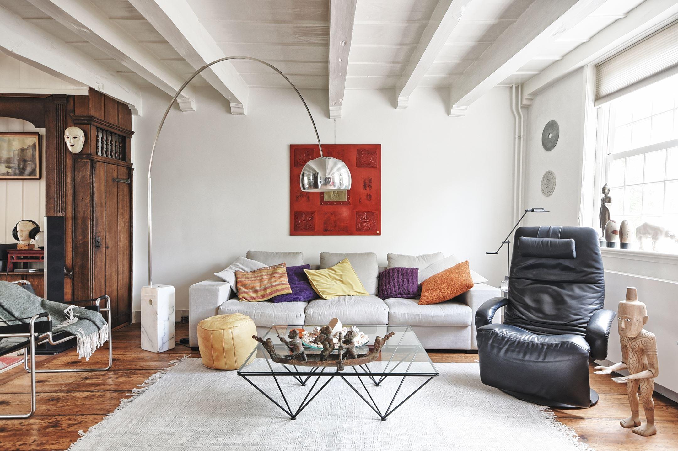 гостиная потолок балки белые стены деревянный пол торшер диван поду