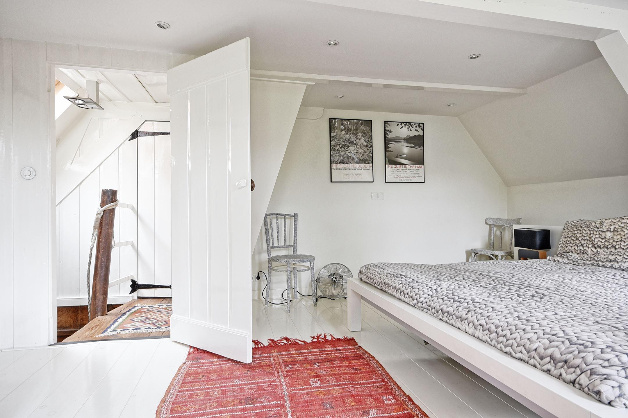 спальня белые стены пол дверь килим