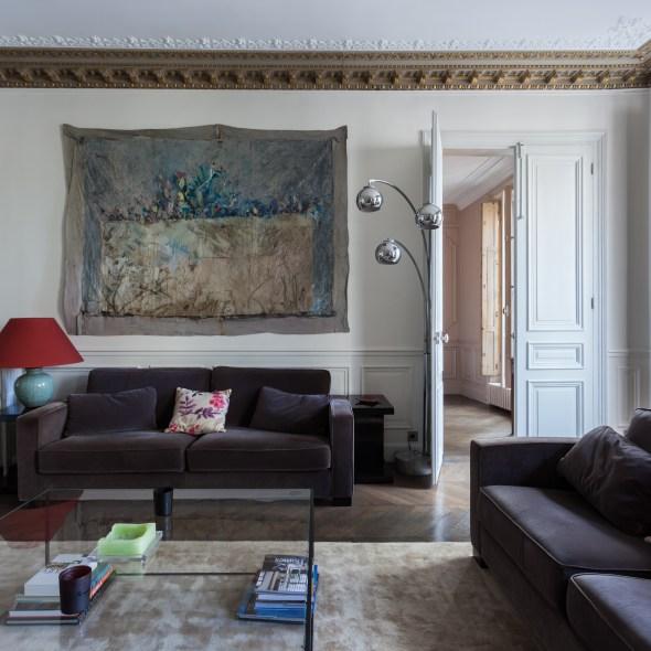 гостиная мягкая мебель белые стены паркет потолочные карнизы молдинги лепнина высокий потолок белые двери панно