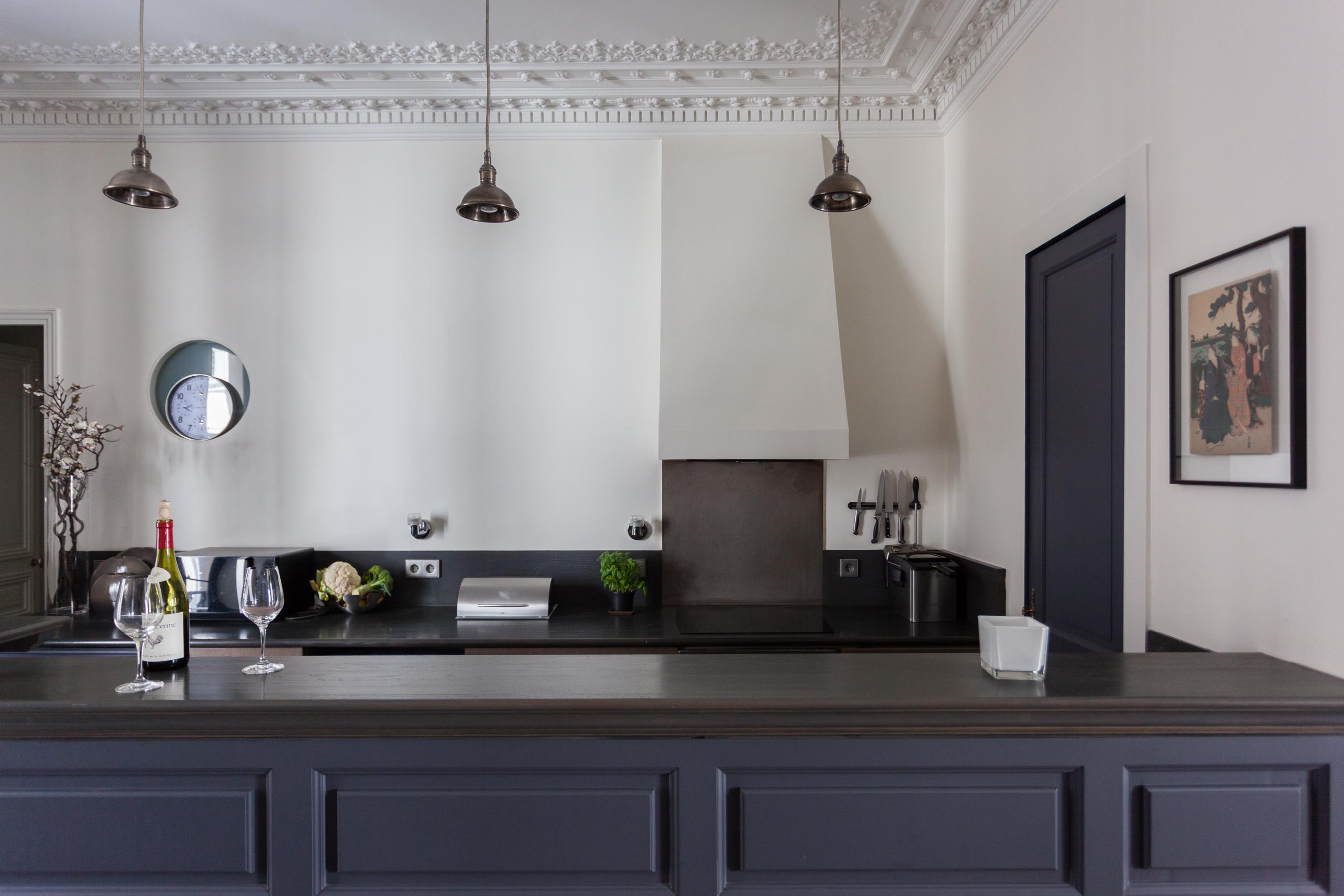 кухня синие фасады темная столешница белые стены кухонный остров вытяжка купол потолочные молдинги лепнина