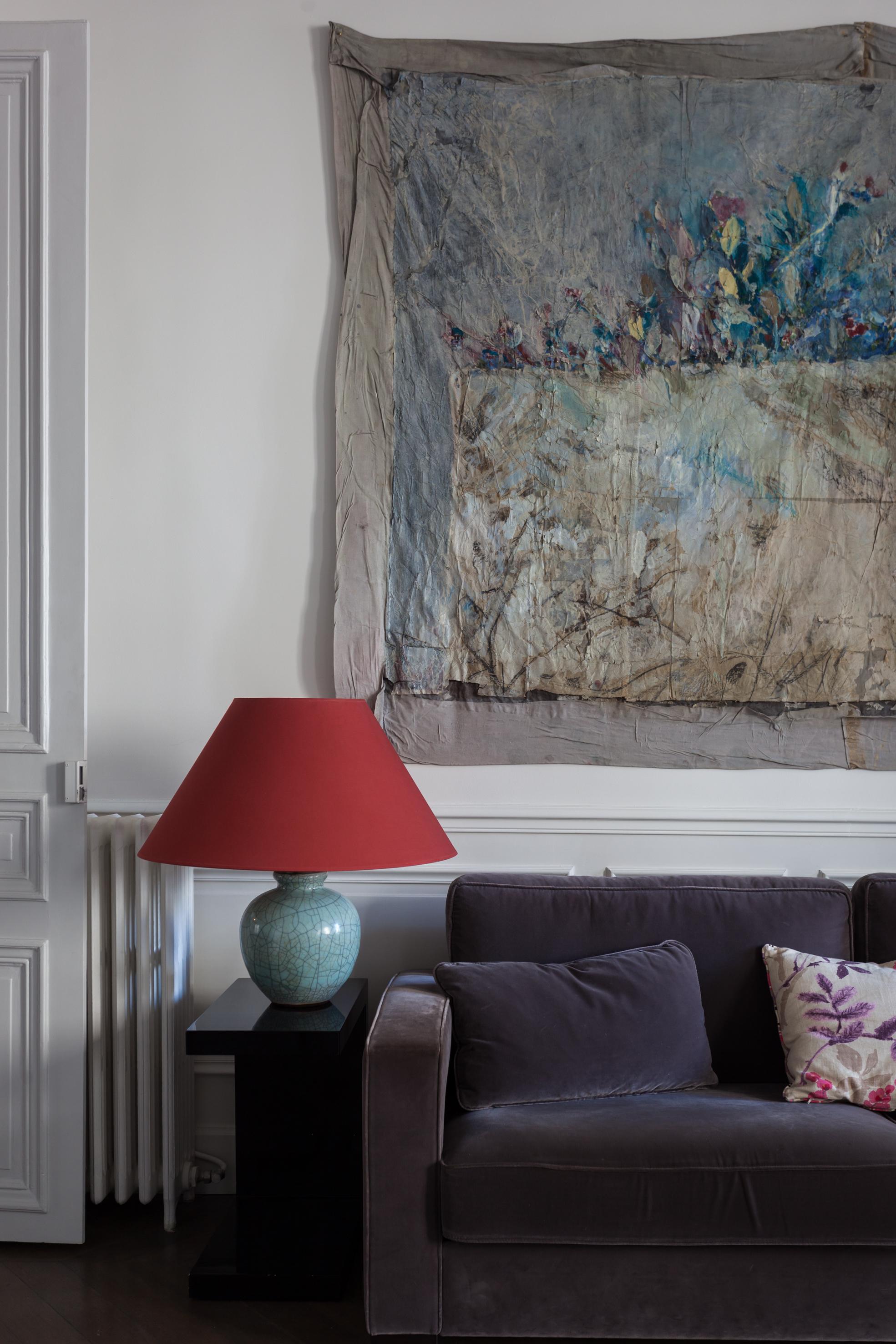 гостиная белые стены молдинги панно диван лампа абажур белые двери