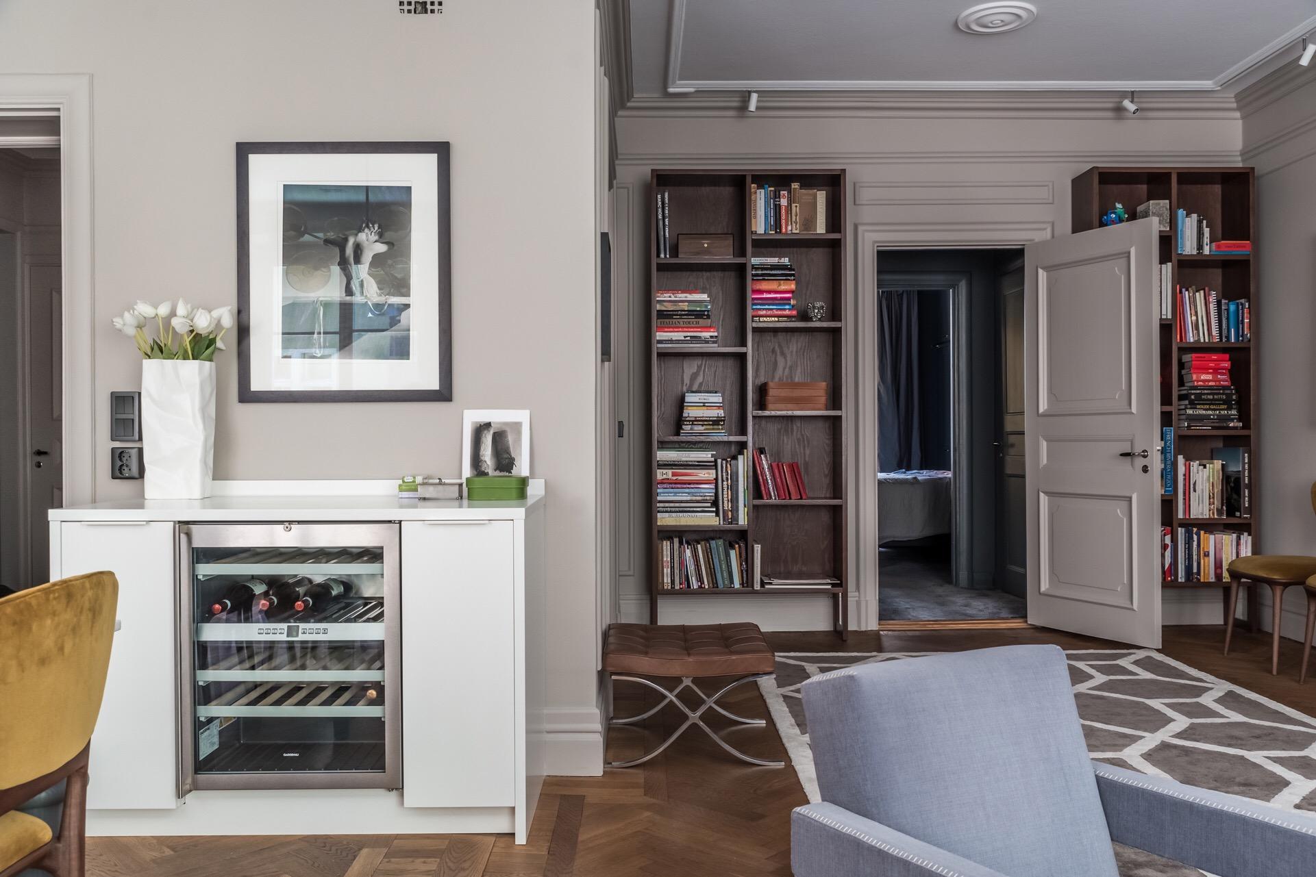 гостиная коридор книжный шкаф двери
