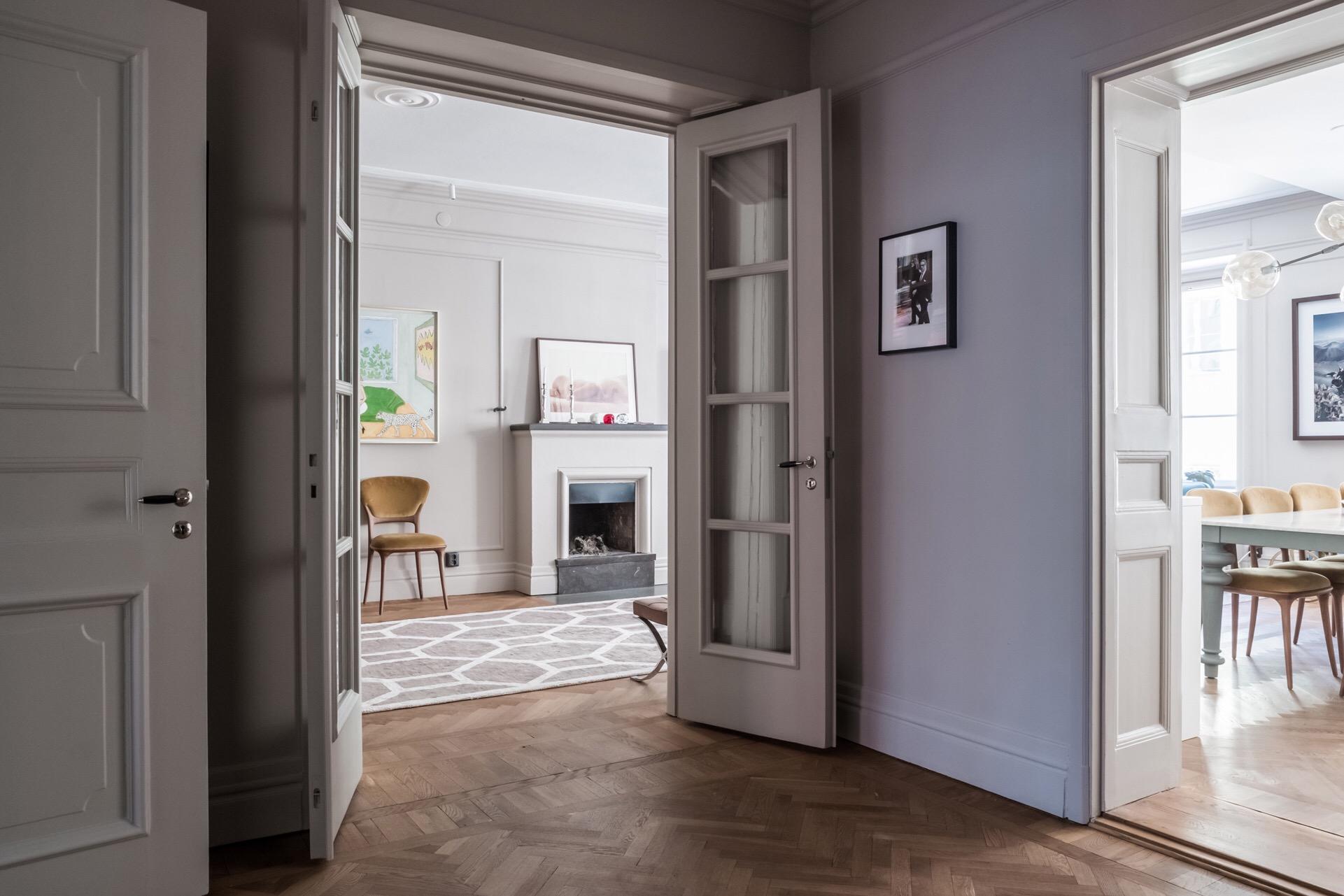 коридор стеклянные распашные двери паркет елочка