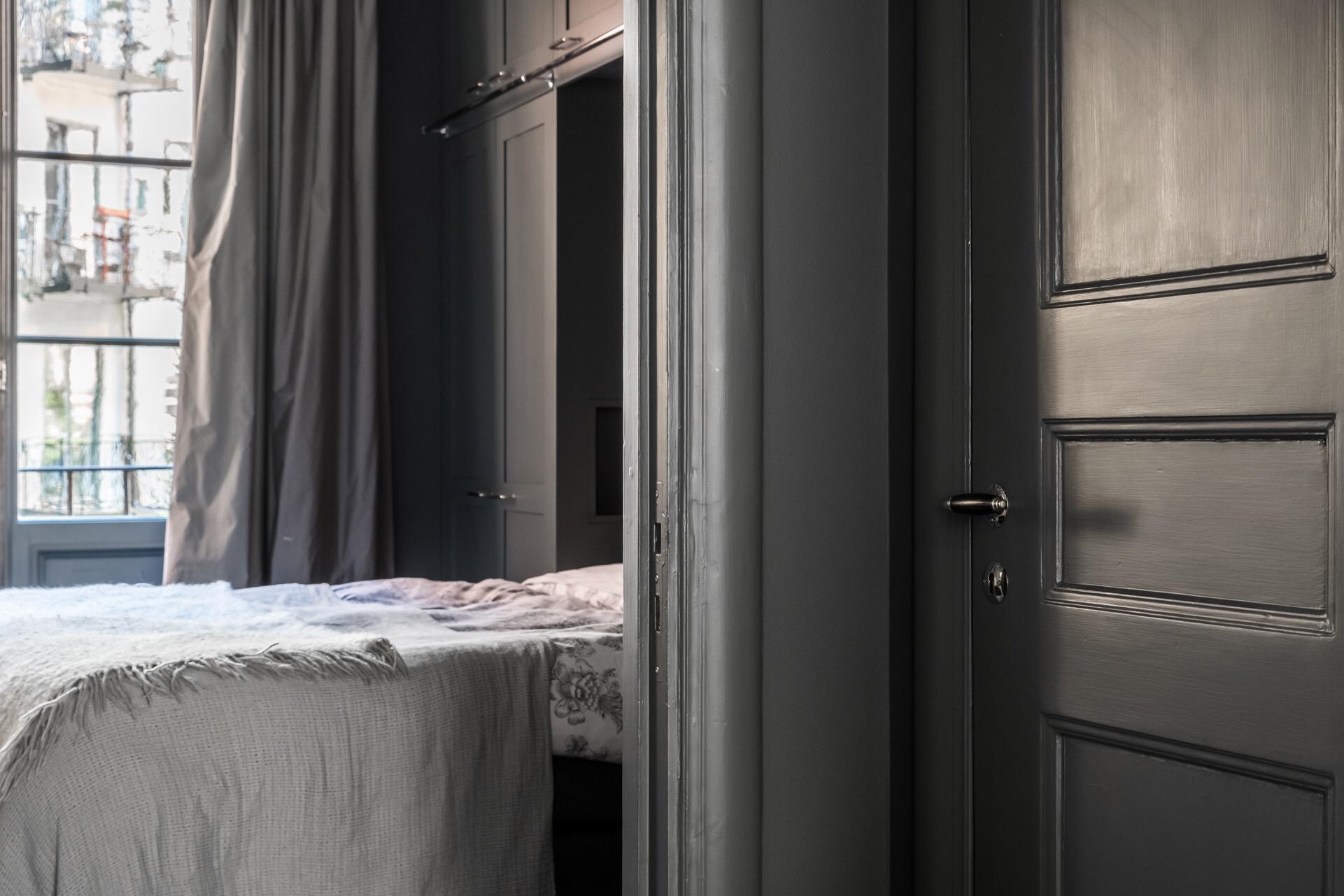 спальня встроенные шкафы кровать серые стены фасады шторы