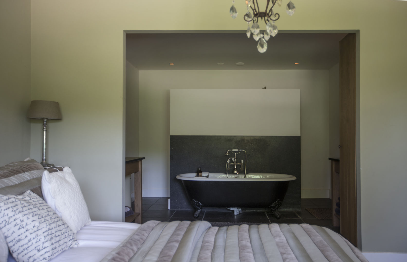 спальня кровать ванна