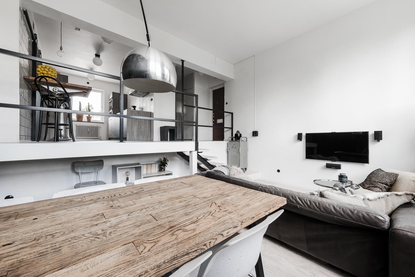 высокий потолок гостиная телевизор диван обеденный стол стулья