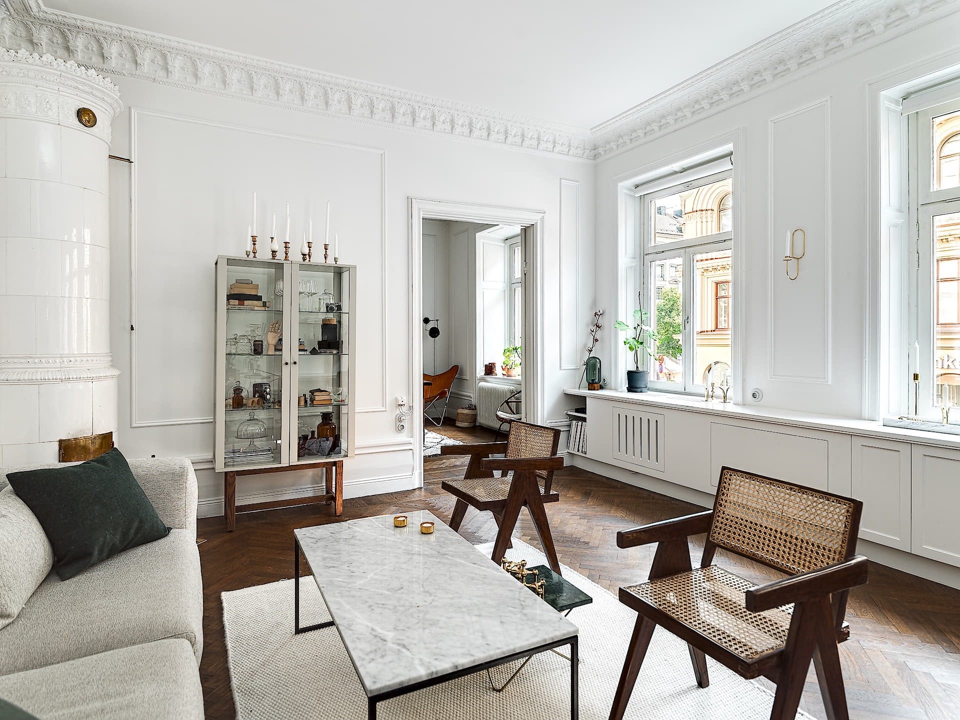 гостиная кресло столик